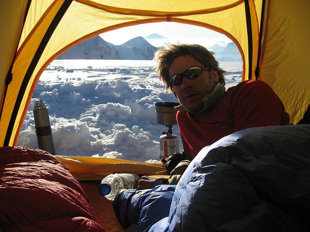 Romantičen večer v šotoru na sestopu iz Shkhare, Bezengi, Kavkaz, Rusija