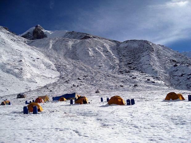 Sneg na Pangpemi - severni bazi za Kančendzengo, v ozadju Pangpema Peak